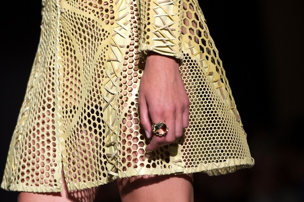Ювелирные изделия от Versace. Фото: Pascal Le Segretain/Getty Images
