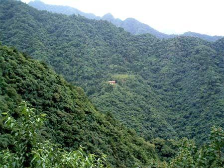 Самотній будиночок удалечині, це житло аскетів. Гори Чжуннаньшань у Китайській Народній Республіці. Фото з kanzhongguo.com
