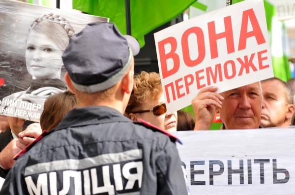 Сторонники Юлии Тимошенко возле милицейского заграждения перед зданием Печерского районного суда г. Киева 4 июля 2011 года. Фото: Владимир Бородин/The Epoch Times Украина