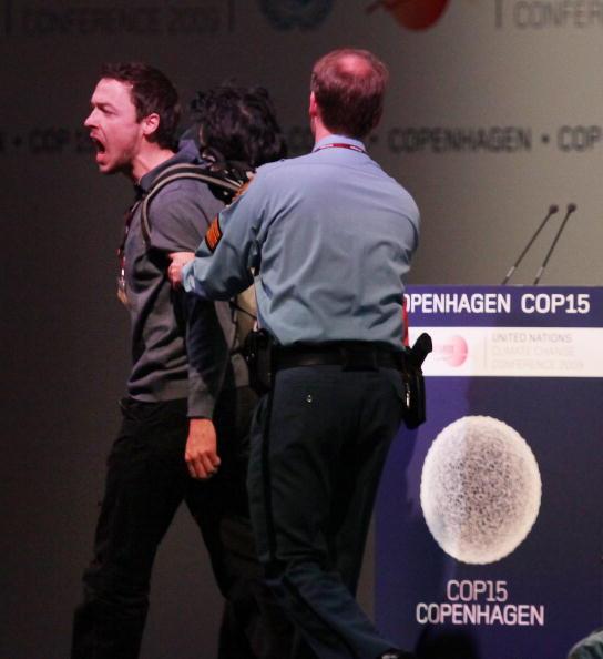 Полиция удаляет протестующего с главной сцены саммита в Копенгагене. Фото: Peter Macdiarmid/Getty Images