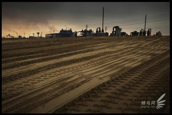 Хімічний завод повіту Хукоу провінції Цзянси без дозволу влади запрудив частину ріки Янцзи для розширення своєї території. 25 червня 2009. Фото: Лу Гуан