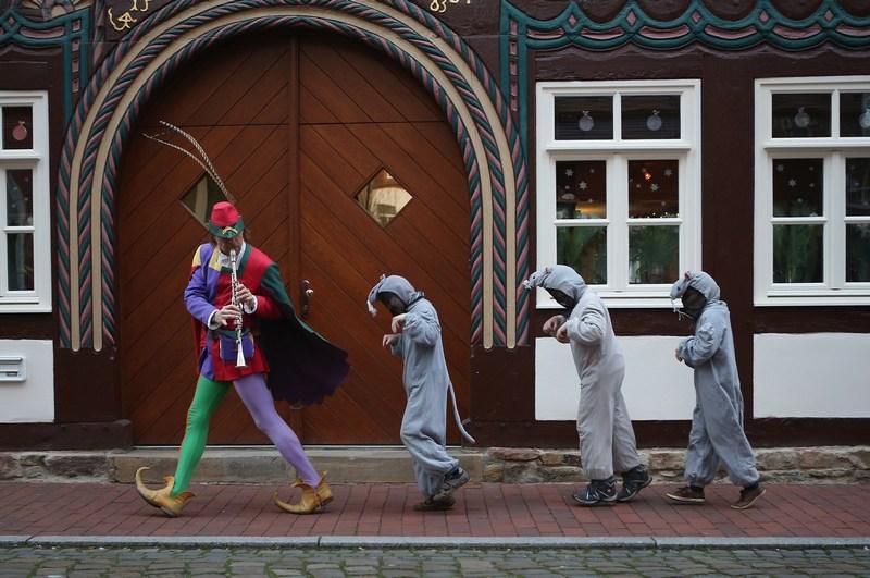 Гамельн, Германия, 19 ноября. Жители готовятся отметить 200-летие первого издания сказок братьев Гримм. На фото — эпизод из сказки «Крысолов из Гамельна». Фото: Sean Gallup/Getty Images