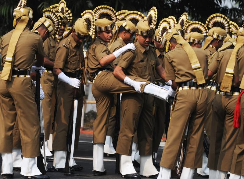 Солдати перевіряють взуття перед участю у параді на честь Дня Республіки в Калькутті. Фото: DIBYANGSHU SARKAR/AFP/Getty Images