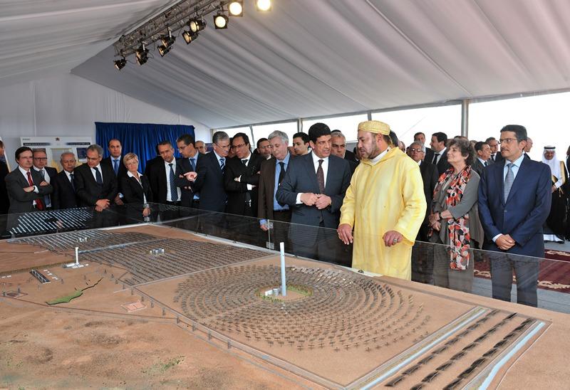 Уарзазат, Марокко, 10 травня. Король Мухаммед VI оглядає макет сонячної електростанції потужністю 160 мегават, яку заплановано побудувати до 2015 року в пустелі біля міста. Фото: AZZOUZ BOUKALLOUCH/AFP/Getty Images
