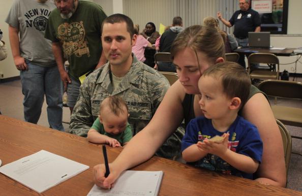 Офицер ВВС США с женой и сыновьями в офисе службы помощи пострадавшим от наводнения. г. Майнот, Северная Дакота, США. Фото: Scott Olson/Getty Images