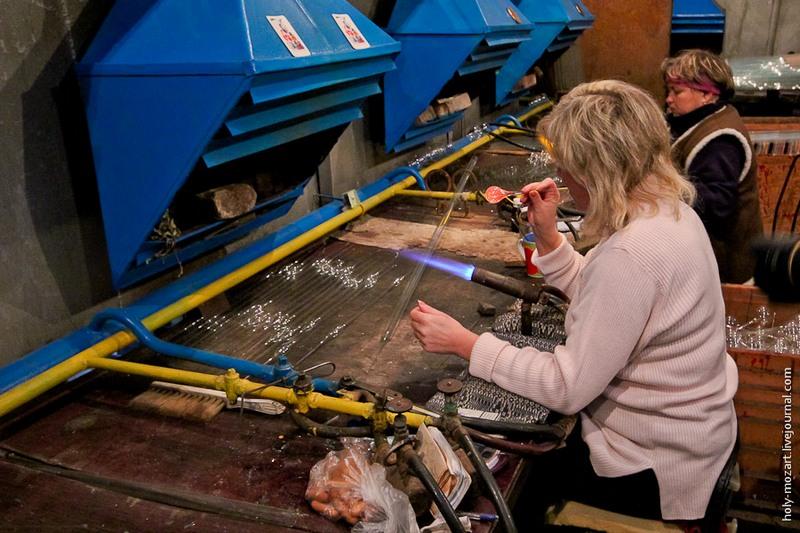 Запаяна частина з потовщенням розігрівається на пальнику (температура 1500 градусів за Цельсієм) і видувається у формі кулі. Фото: holy-mozart.livejournal.com