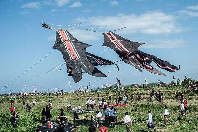 Денпасар, Балі, Індонезія, 26 липня. Понад 1100 літаючих зміїв піднялися в повітря під час 3-х денного фестивалю, щоб передати місцевим богам прохання жителів про дарування гарного врожаю. Фото: Putu Sayoga/Getty Images