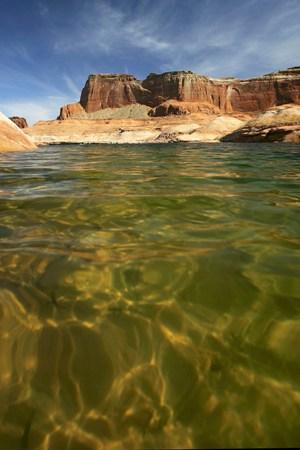 Різке падіння рівня води у водосховищі - наслідки тривалої посухи. Фото: David McNew / Getty Images