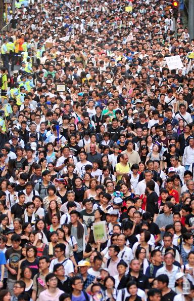 Многотысячный марш против влияния политики Пекина и нового главы Гонконга. Фото: RICHARD A. BROOKS/AFP/GettyImages