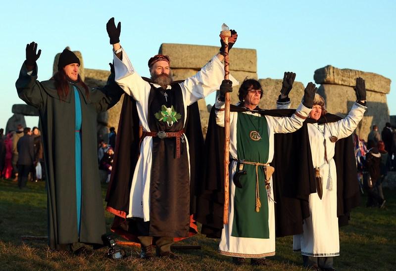 Эймсбери, Англия, 21 декабря. Новые друиды встретили день зимнего солнцестояния возле Стоунхенджа. Фото: Matt Cardy/Getty Images