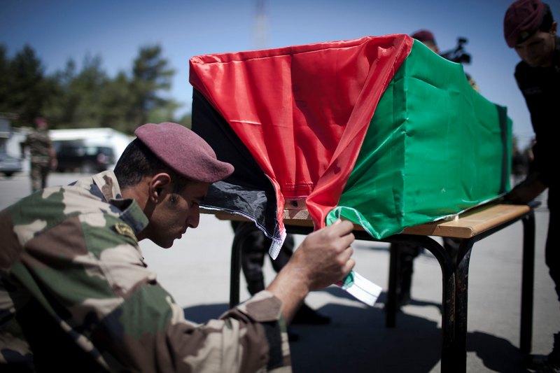 Рамалла, Палестина, 31 мая. Израиль в качестве знака примирения передаёт Палестине останки 91 тел боевиков, убитых в ходе антиизраильских выступлений. Фото: Ilia Yefimovich/Getty Images