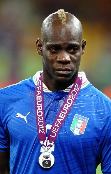 Слезы Марио Балотелли из Италии после поражения в финальном матче, 1июля, Киев. Фото: Laurence Griffiths/Getty Images