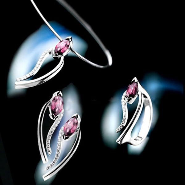 Аксессуары с цветными алмазами. Фото с efu.com.cn