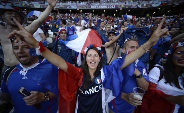 Французьке вітання вболівальникам перед Євро-2012, на матчі Франції проти Англії 11 червня 2012 року у Донецьку. Фото: FILIPPO MONTEFORTE/AFP/GettyImages
