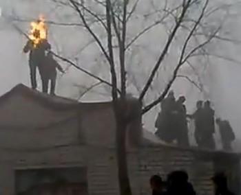 Чоловік підпалив себе, щоб захистити свій будинок від зносу. Фото з aboluowang.com