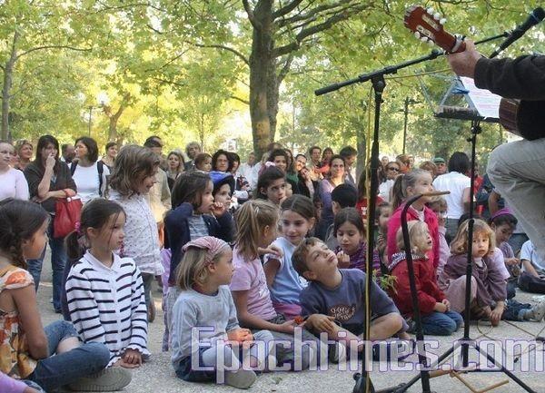 Музыка детей завораживает. Фото:Чжан Юэ.Epochtimes.com