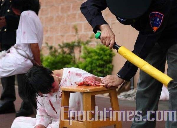 Инсценировка методов пыток, которым подвергают последователей Фалуньгун в Китае. 20 июля. Тайбэй (Тайвань). Фото: Ван Жэньцзюн/ The Epoch Times