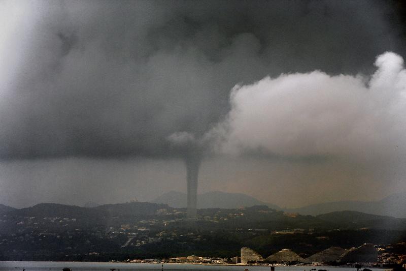 Ніцца, Франція, 9 червня. Торнадо над бухтою Ангелів. За повідомленням національного метеоцентру, таке явище виникає над бухтою в середньому один раз на рік. Фото: VALERY HACHE/AFP/Getty Images