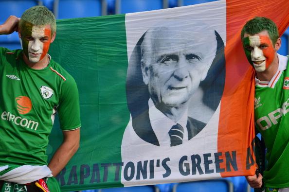 Ірландські вболівальники з прапором своєї країни, на якому зображений головний тренер ірландців Джовані Трапатоні перед матчем Італії проти Ірландії 18червня в Познані. Фото: GIUSEPPE CACACE/AFP/Getty Images