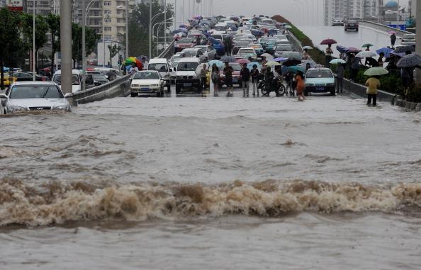 На улицах г. Ухань, провинция Хубэй. Фото: ChinaFotoPress/Getty Images