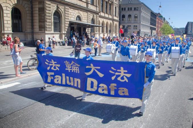 Копенгаген, Данія. Парад з оркестром в день вшанування пам'яті загиблих прибічників Фалунь Дафа, 2013 рік. Фото: Велика Епоха