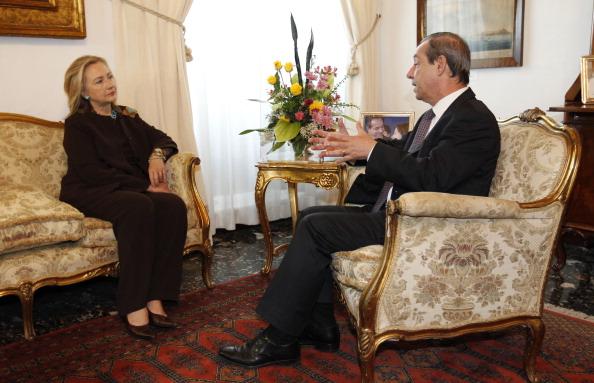 Державний секретар США Хілларі Клінтон на зустрічі з прем'єр-міністром Мальти Лоуренсом Гонзі 18 жовтня 2011 р. у Валлетті. Сторони обговорюють ситуацію в Лівії. Фото: Kevin Lamarque/Getty Images