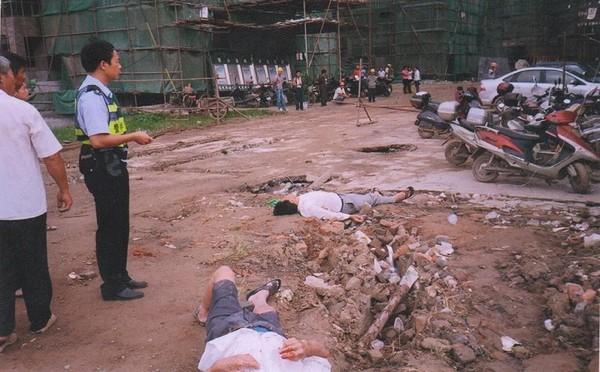 Бандиты, нанятые компанией-застройщиком, избили пожилых крестьян, защищавших свою землю. Деревня Синьи провинции Фуцзянь. 14 июля 2009 года. Фото с epochtimes.com