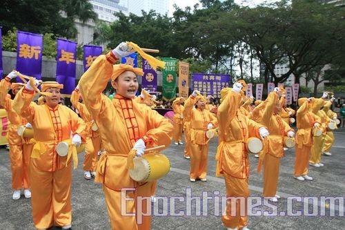Юные последователи «Фалуньгун» исполняют танец с барабанами. Фото Ли Мин/Великая Эпоха
