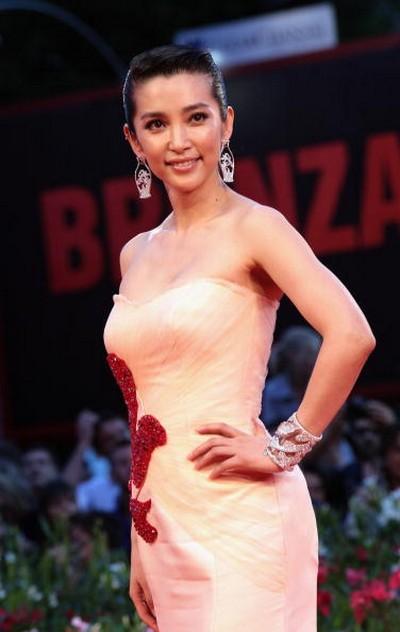 Вбрання китайських зірок на червоному килимі 67 Венеціанського кінофестивалю. Фото: Getty Images