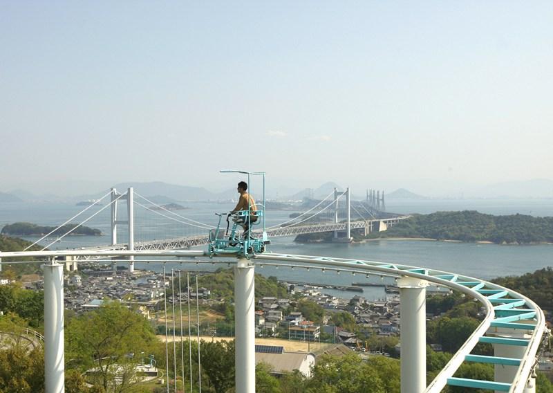 Курасікі, Японія, 27 квітня. Відвідувач високогірного парку розваг милується околицями, катаючись на «небесному велосипеді». Фото: Buddhika Weerasinghe/Getty Images