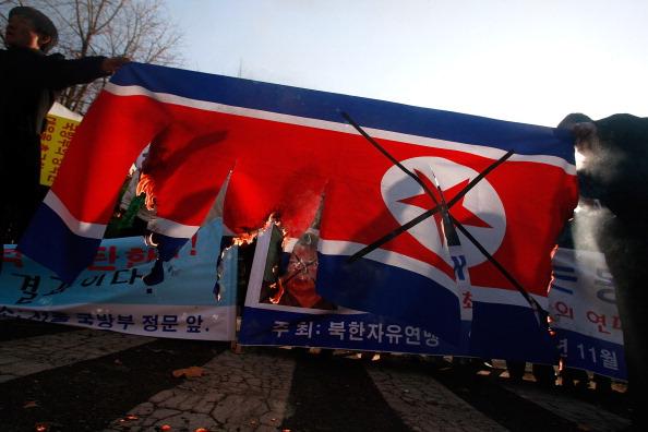 Сеул, Южная Корея – Северо-корейские беженцы выступили с акцией протеста против действий Северной Кореи. Напряженность в отношениях между двумя корейскими сторонами остаются высокими, 29 ноября 2010. Фото: Chung Sung-Jun/Getty Images
