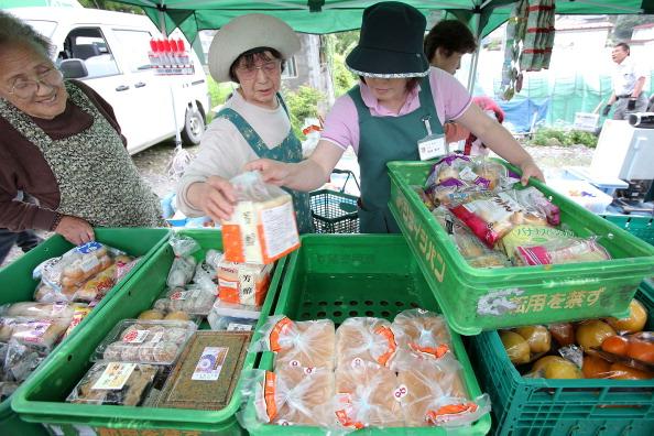 Жители г. Отсучи выбирают товары в передвижном магазине от супермаркета JOIS. Фото: Kiyoshi Ota/Getty Images