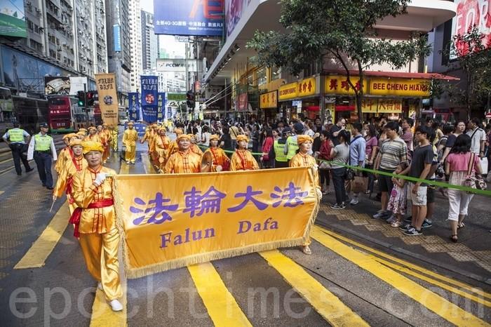 Шествие сторонников Фалуньгун во время визита китайского лидера Ху Цзиньтао. Гонконг. Фото: Великая Эпоха