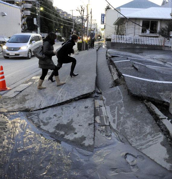 Разрушенный тротуар в городе Urayasu префектуры Chiba после землетрясения в Японии 11 марта 2011 года. Фото: AFP PHOTO / TOSHIFUMI KITAMURA