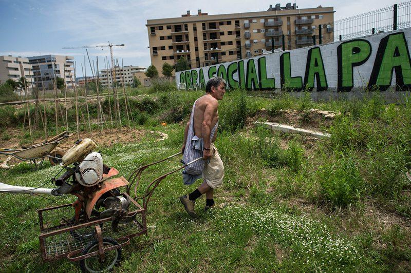 Сальт, Испания, 5 июня. Безработный обрабатывает землю рядом с пустующим домом, где он самовольно занят квартиру. Из-за кризиса множество квартир в стране остаются непроданными. Фото: David Ramos/Getty Images