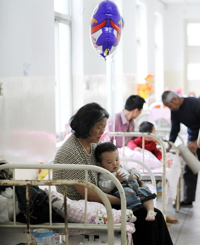 Діти хворі на HFMD проходять лікування в лікарні м. Хефей. Фото з aboluowang.com