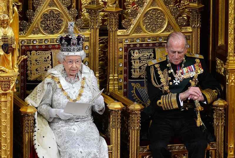 Лондон, Англия, 8 мая. Королева Елизавета II готовится к выступлению перед парламентом и Палатой лордов по поводу ужесточения правил иммиграции и сокращения социальных расходов. Фото: Toby Melville — WPA Pool/Getty Images