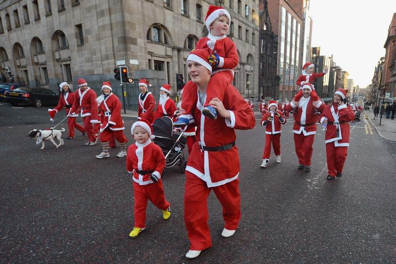 Глазго, Шотландия, 9 декабря. Тысячи жителей города, наряженные в костюмы Санта-Клауса, приняли участие в ежегодном любительском забеге. Фото: Jeff J Mitchell/Getty Images