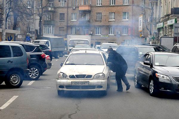 Автомобиль грабителя, при попытке скрыться задним ходом, остановился перед пробкой на улице Шота Руставели. Фото: Владимир Бородин/The Epoch Times Украина
