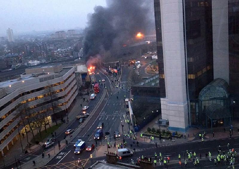 Лондон, Англия, 16 января. В центре столицы разбился вертолёт. Во время падения вертолёт зацепил строительный кран, что привело к гибели двух человек. Фото: VICTOR JIMENEZ/AFP/Getty Images
