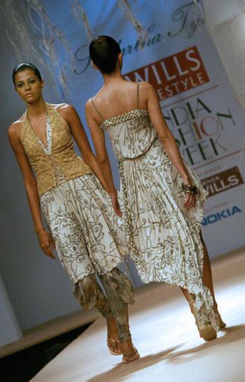 Одежда от дизайнера Siddartha Tytler на Неделе моды Wills India Fashion Week, проходившей в индийском Нью-Дели. Фото: TAUSEEF MUSTAFA/AFP