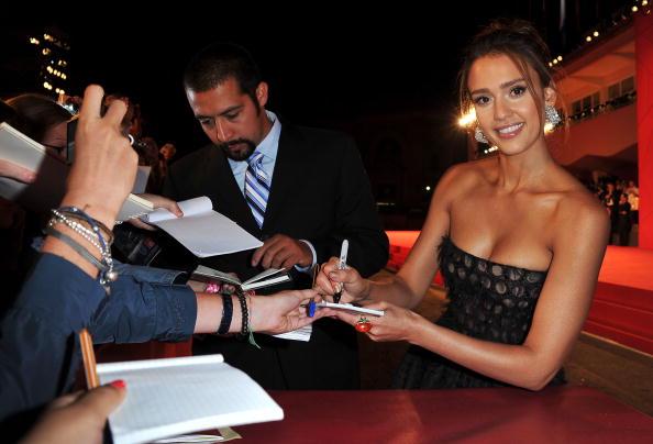 На 67-му Венеціанському кінофестивалі. Акторка Джесіка Альба роздає автографи (Jessica Alba). Фоторепортаж. Фото: Gareth Cattermole/Andreas Rentz/Pascal Le Segretain/Getty Images