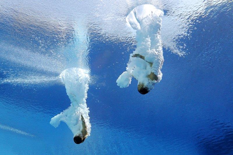 Барселона, Испания, 22 июля. Спортсменки из Малайзии выполняют прыжок с 10-метровой вышки на 15-м чемпионате мира по водным видам спорта. Фото: Adam Pretty/Getty Images