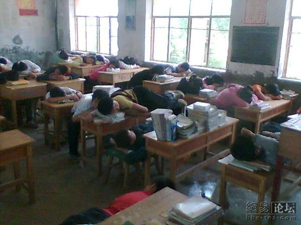 Ученики спят во время полуденного перерыва в одной из сельских китайских школ. Фото: The Epoch Times