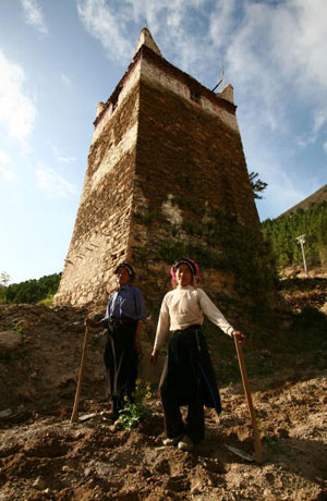 Две женщины отдыхают перед башней. Фото: China photos/ Getty image