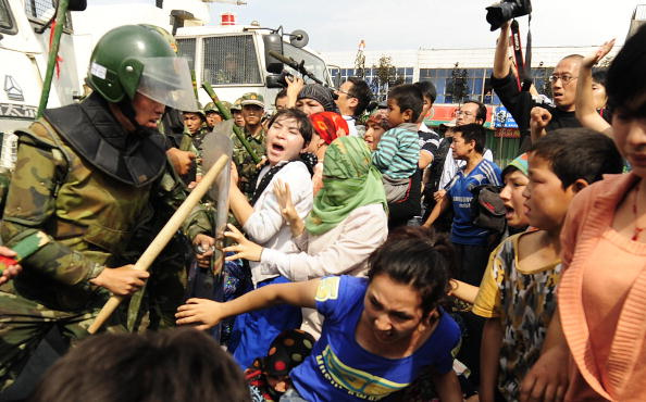Новая волна протеста уйгуров началась в Урумчи. 7 июля 2009 год. Фото: PETER PARKS/AFP/Getty Images
