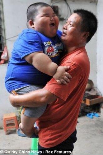 Трёхлетний Лу Хао весит 60 кг. Фото с kanzhongguo.com