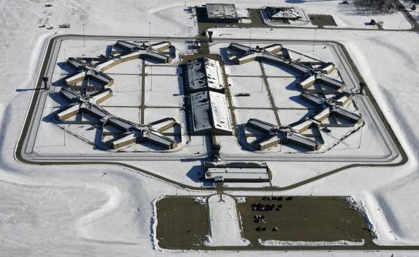 Тюрьма в городе Томсоне, штат Иллинойс, станет новым домом для более чем сотни заключенных из тюрьмы Гуантанамо. Фото: Jeff Haynes/Getty Images