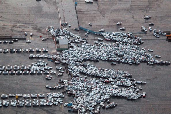 Новые автомобили приготовленные к транспортировке попади под удар приливной волны цунами городе Hitachinaka в префектуре Ибараки после сильного землетрясения в Японии 11 марта 2011 года. Фото: AFP PHOTO / JIJI PRESS