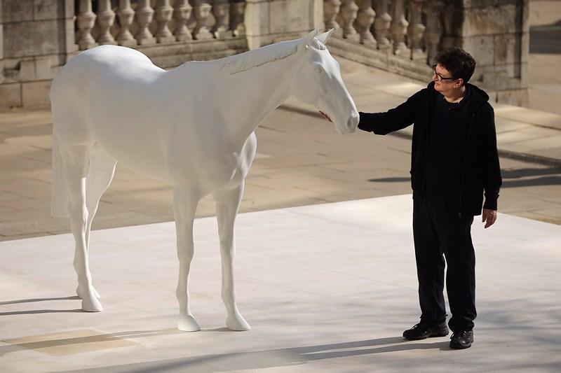 Лондон, Великобританія, 5 березня. Скульптор Марк Валлінгер позує біля роботи «Білий кінь», встановленої перед будівлею Британської ради в зв'язку з початком фінансової підтримки талантів по всій країні. Фото: Dan Kitwood/Getty Images